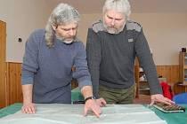 BRÁCHOVÉ BŘETISLAV A PAVEL KOČANDRLOVI jsou v jeskyních jako doma a na společné výpravy rádi vzpomínají. Na snímku Břetislav (vlevo) a Pavel při prohlížení mapy Spirálové jeskyně a Pikové dámy v Moravském krasu.