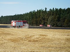 Hasiči během pondělního dne bojovali s požárem pole u obce Zhoř.