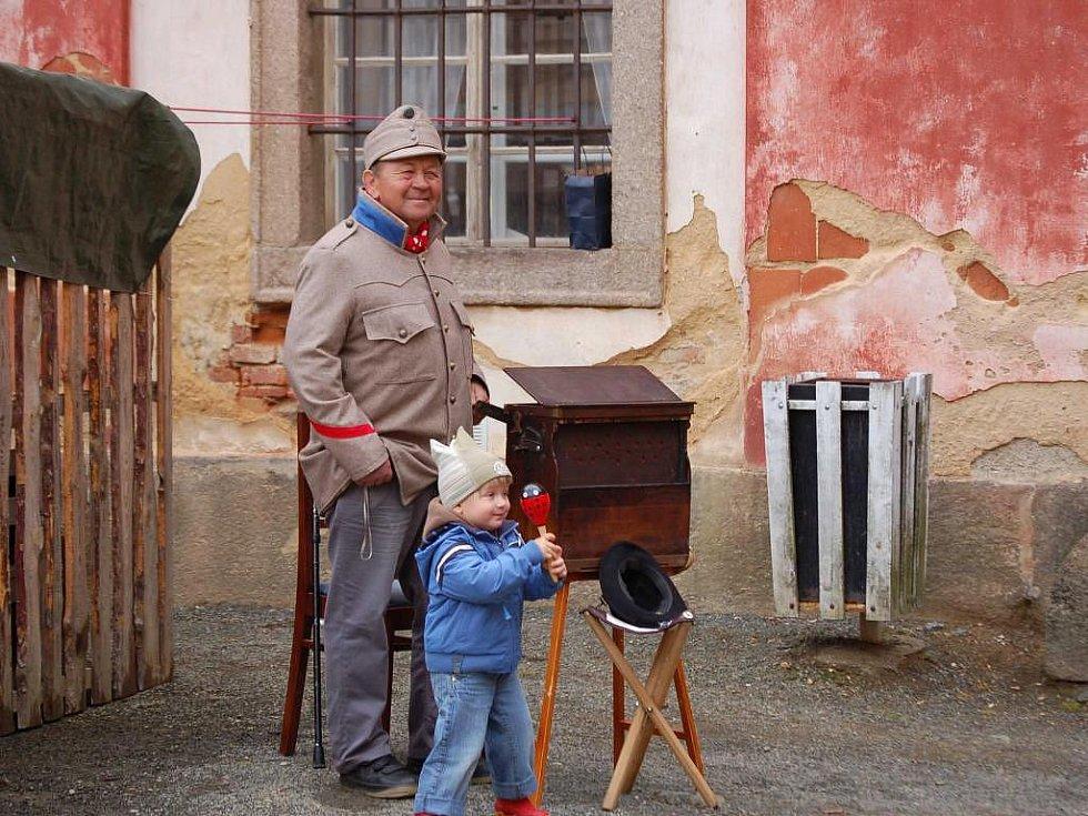 V Kladrubském klášteře se o tomto víkendu konal historický jarmark. Návštěvníci měli možnost si prohlédnout mnoho stánků se zbožím i tradiční řemesla