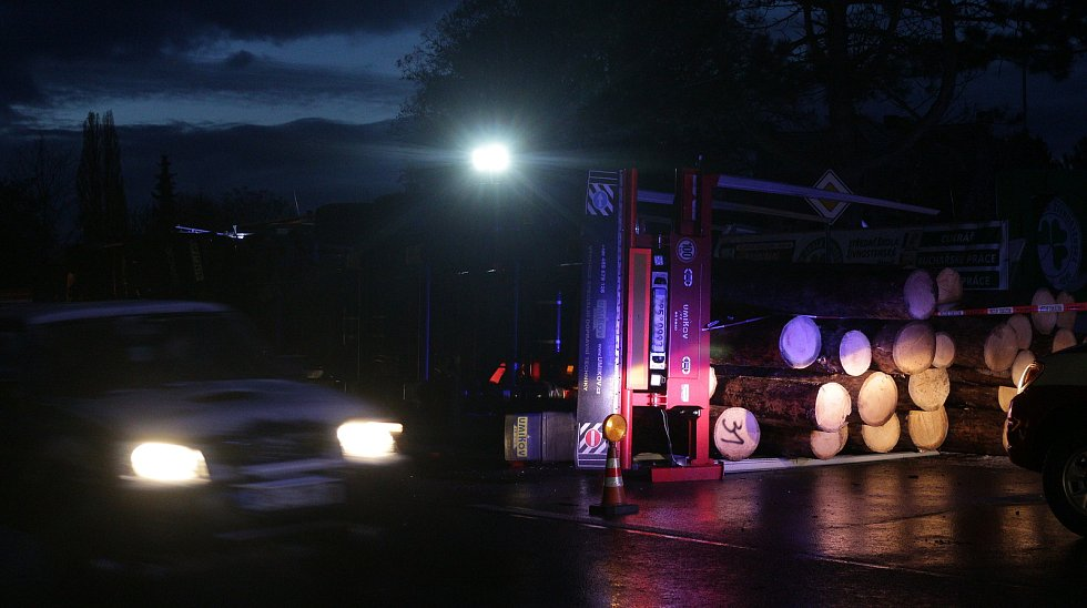 Nehoda kamionu převážejícího dříví v Plané.