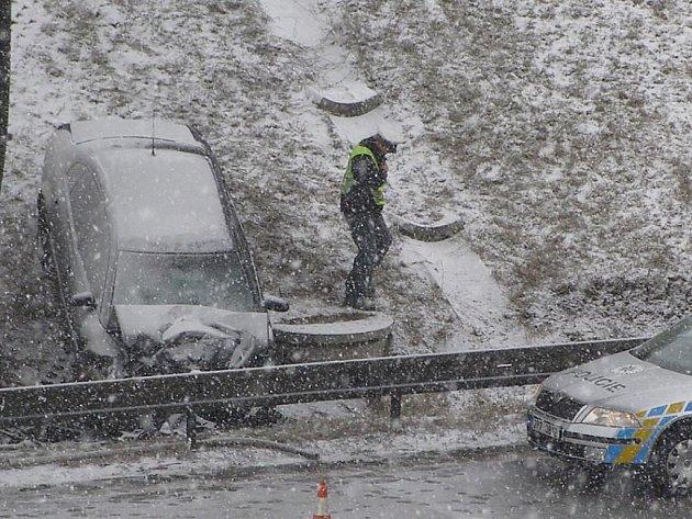 Nehoda na dálnici D5 ve směru na Rozvadov u sjezdu na Kladruby