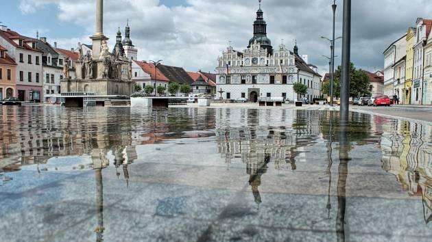 S BLÍŽÍCÍMI SE MRAZY města a obce musí zazimovat kašny i jiné vodní atrakce. Ne jinak je tomu i ve Stříbře, odkud je náš snímek, kde do vodních zrcadel se voda vrátí zase až zjara.