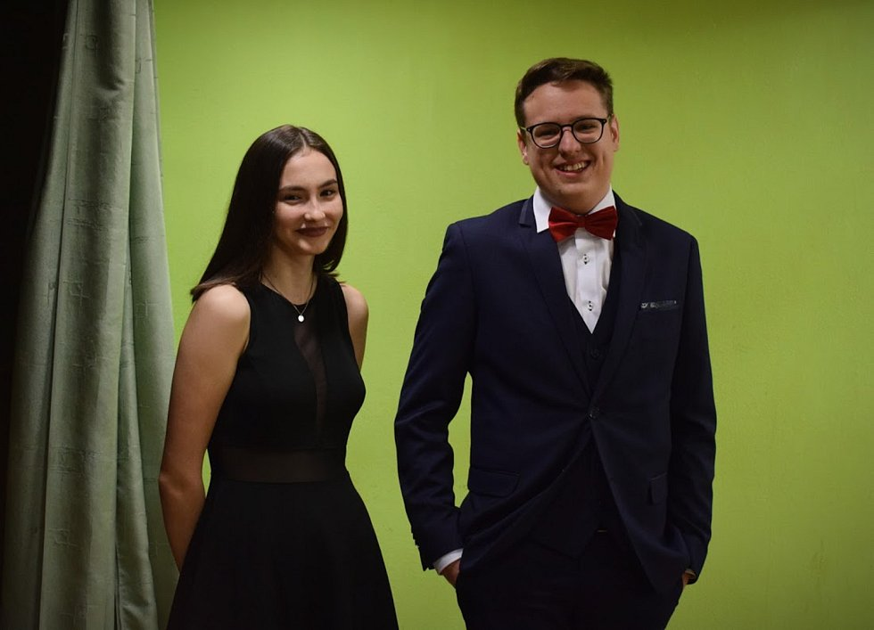 Na Večerního bálu, který si uspořádali studenti předposledního ročníku Gymnázia Tachov, hostům zazpívala studentka Natálie Havlíčková.