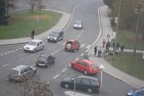 Nehoda se stala u přechodu pro chodce mezi poliklinikou a obchodním centrem.