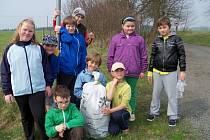 ŽÁCI ŠKOLY v Konstantinových Lázních po úklidu, který prováděli na Den Země. Naplnili odpadem osm velkých pytlů a našli různé kuriozity, jako třeba starý hrnec.