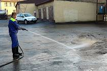 AREÁL DÍLEN BYL POD VODOU.  Dílny stříbrské pobočky vodáren a kanalizací byly po záplavách  plné vody. Počátkem tohoto týdne začali zaměstnanci nánosy bahna odklízet.