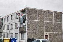 STŘECHU domu ve Starém Sedlišti poškodil vítr před necelými třemi týdny. V těchto dnech se již pracuje na montáži krovu. Šest z osmi rodin už se do bytů vrátilo.