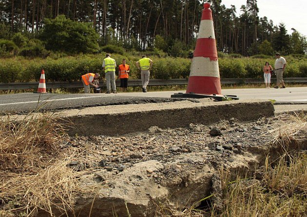 Poškození vozovky dálnice D5.