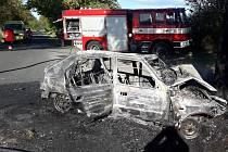 Auto začalo při nárazu do stromu hořet. Řidič bohužel nepřežil.