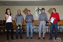 Nejlepšího z kategorie padesátníků Davida (uprostřed) ocenila a zpovídala i olympionička ala moderátorka akce Kateřina Razýmová.Foto: Bendovi