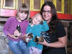 Marii Nové pomáhají s rodinou morčat její dvě neteře, Nikolka a Michalka Řepíkovy.