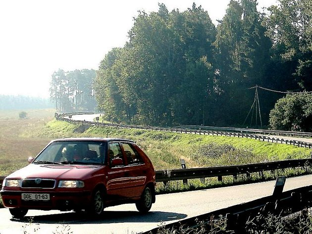 Tento úsek bude nahrzen mostem přes řeku Mži. Tato část komunikace je nevalně proslavena řadou dopravních nehod.