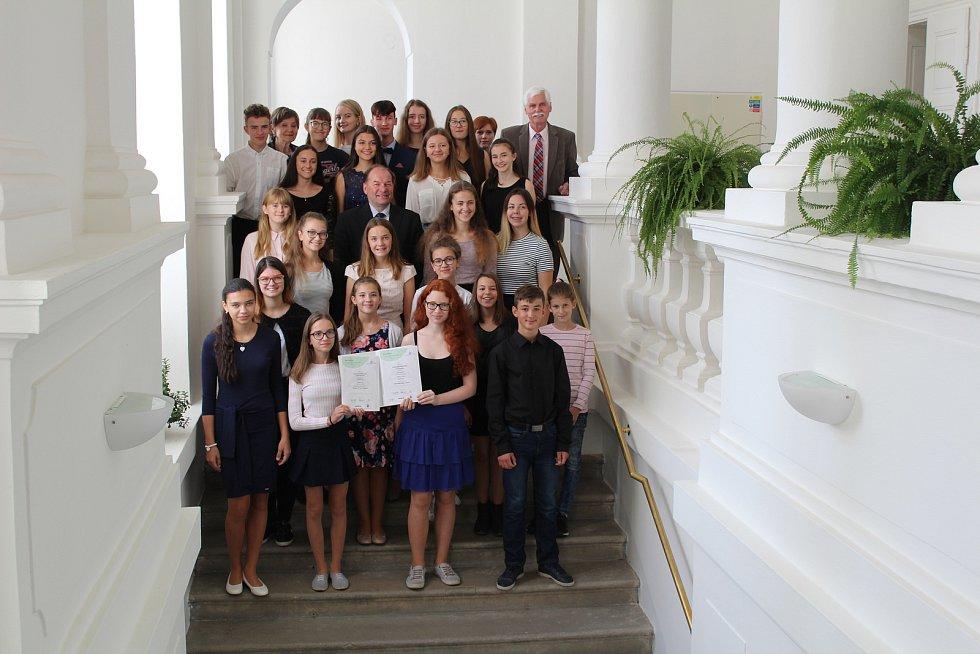 Slavnostní přijetí Tachovského dětského sboru v obřadní síni zámku.