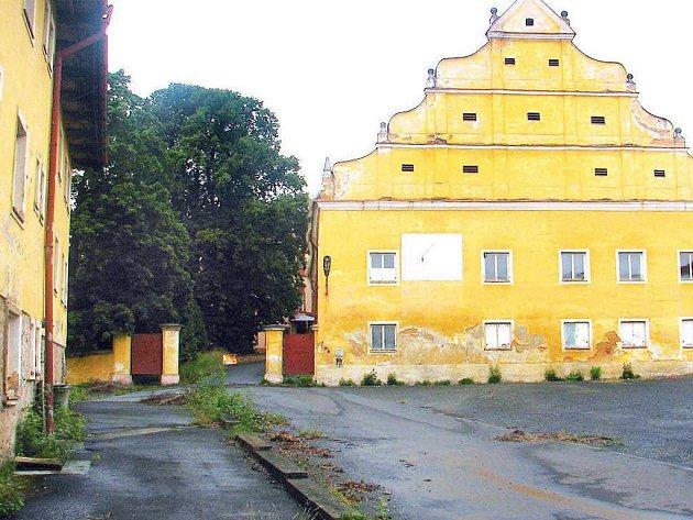 Historická budova se slunečními hodinami, která je v areálu plánského zámku.