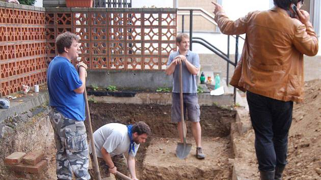 PŘI VÝZKUMU NA HŘBITOVĚ ve Stříbře objevili archeologové cihlovou vyzděnou prvorepublikovou hrobku. Vlevo vedoucí archeologů Michal Rak.