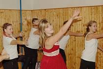 Veronika Merglová a její žákyně zatancovaly na závěr večera scénický tanec