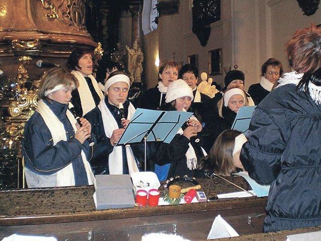 Soubor staré hudby CAVALLA Kladruby a chrámový sbor CANTUS Stříbro pod vedením Stanislavy Mahelové koncertem uzavřel sérii svých adventních a vánočních vystoupení.