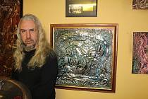 Pavel Rybecký ve svém ateliéru.
