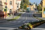 Nový chodník a zelený pás v Chodové Plané navazuje na náměstíčko.