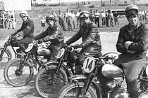 Vladimír Houška (druhý zleva) na startu terénního závodu Čertova díra v Plzni Liticích.v roce 1952 Foto: archiv Miloslava Součka.