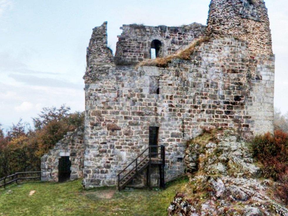 HRAD PŘIMDA. Na nádvoří mohou návštěvníci celoročně kdykoli, v sezóně mohou navíc využít službu průvodce,  který je  zavede například i dovnitř jinak nepřístupné věže.