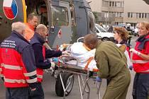 Muže transportoval vrtulník na emergency