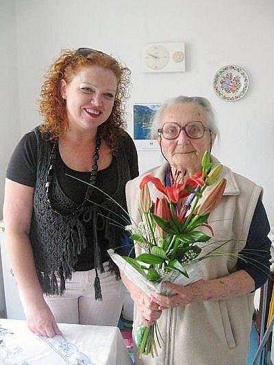 Oslavenkyně se starostkou Kladrub. Květa Cafourková z Kladrub oslavila 15. června 95 let.