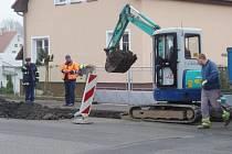 PRACOVNÍ ČETY zjišťovaly a odstraňovaly od pátečního rána poruchu na vedení plynu v Palackého ulici ve Stříbře.