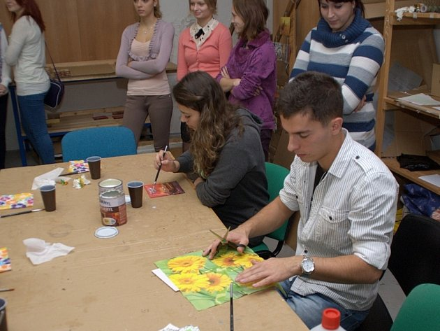 Deváťáci měli možnost si ve studentské firmě zkusit výrobu obrázků ubrouskovou technikou.