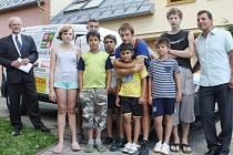 DĚTI Z TACHOVSKÉHO dětského domova a ředitel Zdeněk Kropáč (vpravo) poté, co převzali nový automobil dotovaný četnými sponzory.