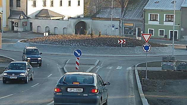 Tachov patří podle průzkumů k dopravně nejbezpečnějším městům v Česku. Podle místostarosty Jiřího Stručka k tomu pomohl i nový kruhový objezd v Panenské ulici.