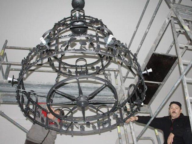 Nový lustr visí od včerejška uprostřed kostela sv. Václava v Rozvadově. Autorem je umělecký kovář Ivo Rudolf z Bečova nad Teplou