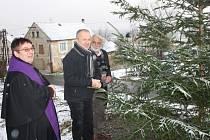 P. Benedikt, starosta K. Lázní Karel Týzl a František Fabík při rozsvěcení vánočního stromu.