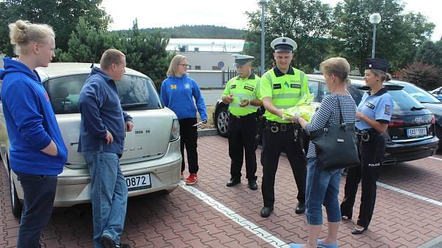 Policisté rozdali padesát vest
