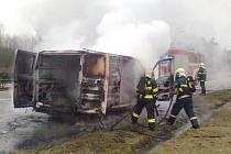 DODÁVKA kompletně shořela v úterý dopoledne na exitu u Ostrova u Stříbra. Posádka vyvázla bez zranění, náklad se podařilo zachránit.