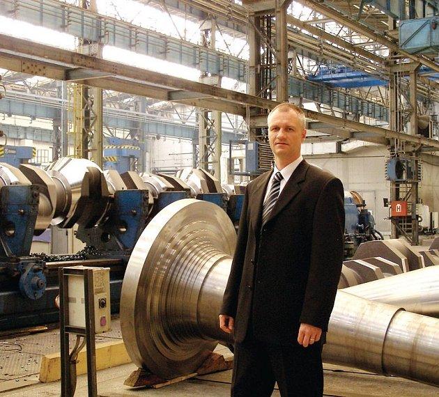 Generální ředitel Michal Horáček představuje prostory jedné z hal Pilsen Steel.