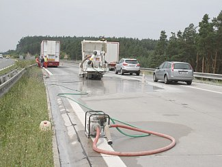 Ve středu ráno začali dělníci se sepciální bruskou pracovat na vzedmuté dálnici D5. Vlna se vytvořila na 117. kilometru ve směru na Rozvadov.
