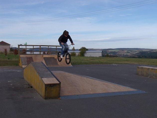 NÁCTILETÍ z Bezdružic využívají opravený skatepark téměř denně. Na snímku Jan Michalčák.