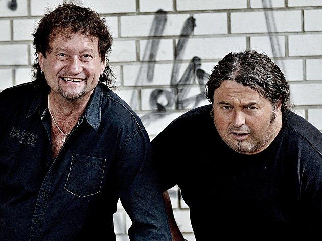 Jaroslav Soukup a Radek Zíka, dva hlasy skupiny Extra Band Revival, zazpívají v sobotu kosteleckému publiku.