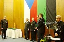 JIŘÍ VOJTA (zcela vlevo), zakládající člen stříbrského hornického spolku, při předávání nejvyšších hornických vyznamenání.