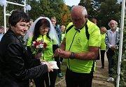 Při cyklistické svatbě si ženich odvezl nevěstu na kárce za kolem