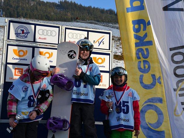 ŠAMPIONKA. Titul Mistryně České republiky ve Snowboardcrossu vybojovala v kategorii Kids v areálu Větrného mlýnu na Dolní Moravě Karolína Šperlová z Bernartic (uprostřed).