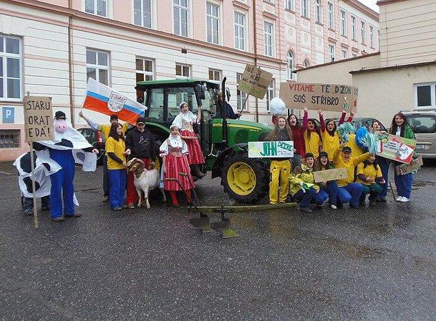 S cedulemi a nadšením vítali studenti stříbrské školy nový traktor, které zakoupila škola pro zkvalitnění výuky