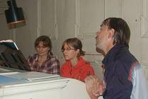 Kurz pro varhaníky samouky pořádají v Tachově už po šesté. Vede jej tachovská varhanice Jana Vokatá (vlevo).