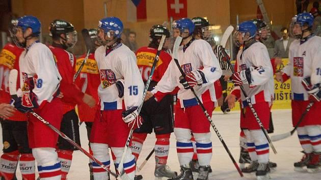 Po přátelském utkání mezi Českem (bílé dresy) a Švýcarskem v Tachově.