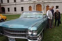 JIŘÍ TOMÁŠEK se svými prarodiči u Cadillacu Eldorado z roku 1963, kterým přijeli na nádvoří kladrubského kláštera.