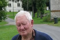 FRANTIŠEK JIRKA nám o rozdělení obce do dvou farností vyprávěl. V pozadí jeden z domů, který patřil do správy fary ve Starém Sedle.