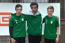 Trenér mladých nohejbalistů Baníku Stříbro Petr Tolar (uprostřed) se svými svěřenci Lukášem Tolarem (vlevo) a Dominikem Nozarem.
