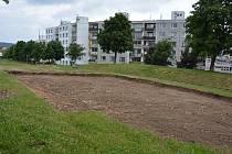 BAGR zde upravil terén tak, aby zde mohli pokračovat pracovníci s dalšími etapami.