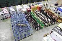 Při zevrubné kontrole nákladu napočítali celníci 2673 lahví lihovin a vína.